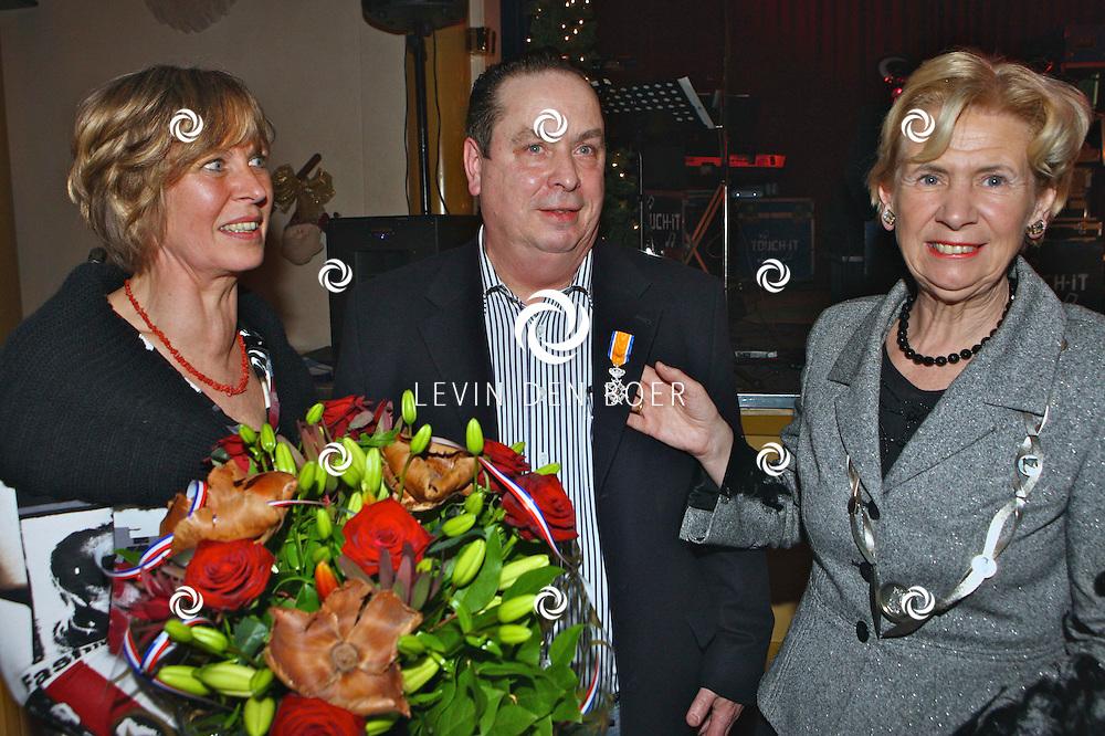 VELDDRIEL - In het dorpshuis De Boxhof kreeg brandweerman T.G. de Leeuw een Koninklijke onderscheiding van Burgemeester Ada Boerma-van Doorne. FOTO LEVIN DEN BOER / PERSFOTO.NU