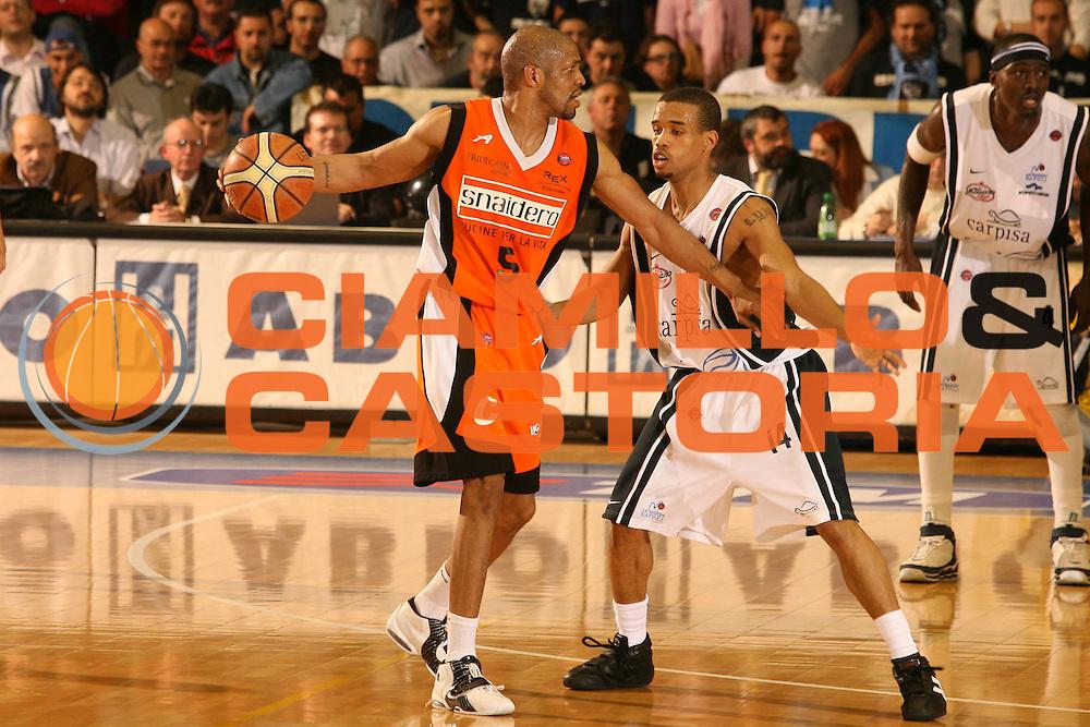 DESCRIZIONE : Napoli Lega A1 2005-06 Carpisa Napoli Snaidero Udine  <br /> GIOCATORE : Allen <br /> SQUADRA : Snaidero Udine <br /> EVENTO : Campionato Lega A1 2005-2006 <br /> GARA : Carpisa Napoli Snaidero Udine <br /> DATA : 20/04/2006 <br /> CATEGORIA : Palleggio <br /> SPORT : Pallacanestro <br /> AUTORE : Agenzia Ciamillo-Castoria/G.Ciamillo