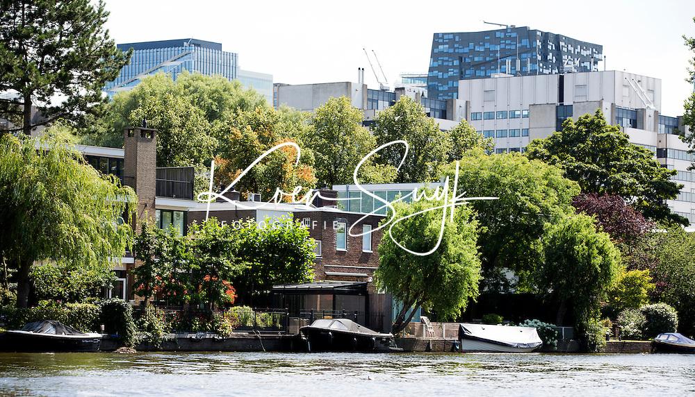 AMSTERDAM - Wonen aan het water met op de achtergrond de Zuidas.   ANP COPYRIGHT KOEN SUYK