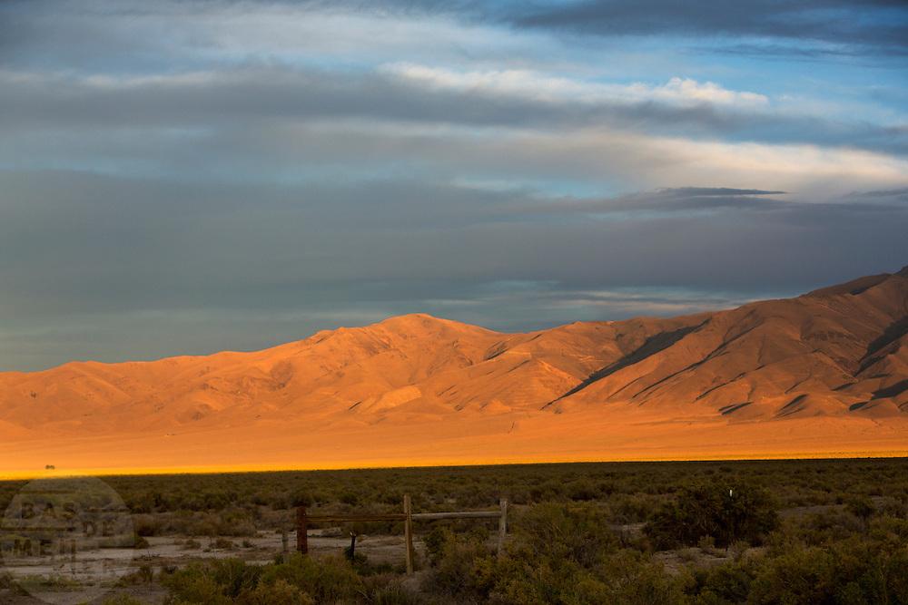 De bergen in de woestijn bij Battle Mountain, Nevada tijdens zonsondergang.<br /> <br /> The mountains in the desert at sunset near Battle Mountain.