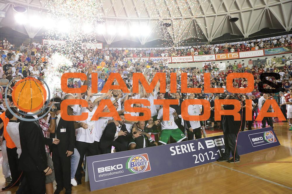 DESCRIZIONE : Roma Lega A 2012-2013 Acea Roma Montepaschi Siena finale gara 5<br /> GIOCATORE :  team<br /> CATEGORIA : mani esultanza premiazione <br /> SQUADRA : Montepaschi Siena<br /> EVENTO : Campionato Lega A 2012-2013 playoff finale gara 5<br /> GARA : Acea Roma Montepaschi Siena<br /> DATA : 19/06/2013<br /> SPORT : Pallacanestro <br /> AUTORE : Agenzia Ciamillo-Castoria/M.Simoni<br /> Galleria : Lega Basket A 2012-2013  <br /> Fotonotizia : Roma Lega A 2012-2013 Acea Roma Montepaschi Siena playoff finale gara 5<br /> Predefinita :