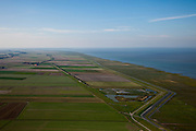 Nederland, Groningen, Gemeente De Marne, 08-09-2009; zicht op de Linthorst-Homanpolder, ingeklemd tussen de landaanwinning in de Wadenzee en de Noordpolder (linksonder), geheel links aan de horizon Pieterburen. De Linthorst Homanpolder is aangelegd in het kader van een werkverschaffingsproject (1940 - 1947).View of the Linthorst-Homan polder, wedged between the land reclamation and in the Wadenzee and the Noordpolder (l),at the horizon Pieterburen. The Linthorst Homan Polder was constructed as part of an unemployment relief project (1940 - 1947).luchtfoto (toeslag); aerial photo (additional fee required); .foto Siebe Swart / photo Siebe Swart