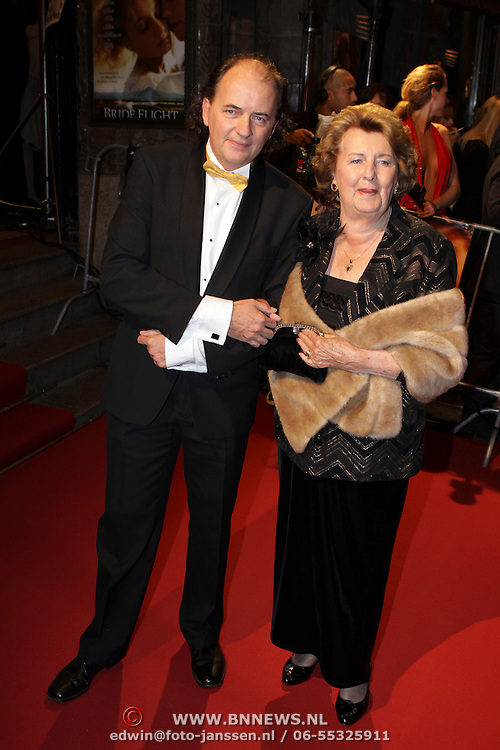 NLD/Amsterdam/20081013 - Premiere Bride Flight, Jean van der Velde en zijn moeder