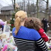 Mourners at the shrine set up around the towns Christmas tree in Sandy Hook after the mass shootings at Sandy Hook Elementary School, Newtown, Connecticut, USA. 16th December 2012. Photo Tim Clayton