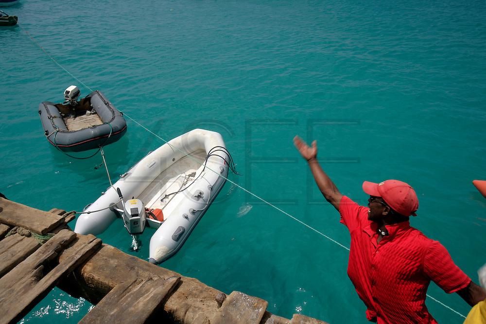 Talvez o ponto turístico mais famoso de todo o arquipélago seja o pontão de Santa Maria, contruído sobre as àguas de cor vibrante e onde os pescadores costumam descarregar e amanhar o peixe.