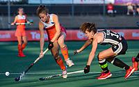 AMSTELVEEN - Laura Nunnink (Ned) met Janne Müller-Wieland (Ger)   tijdens de halve finale  Nederland-Duitsland van de Pro League hockeywedstrijd dames. COPYRIGHT KOEN SUYK
