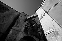 Alle spalle del castello di Lizzano in provincia di Taranto, si trova una piazzetta molto simile ad un piccolissimo borgo chiamata largo Rosario, in onore alla chiesa del Rosario situata proprio nel mezzo della piazzetta. La chiesa fu edificata nel 1562 e successivamente a causa del terremoto avvenuto nel 1743 furono costruiti degli archi che appoggiavano sul lato del castello.