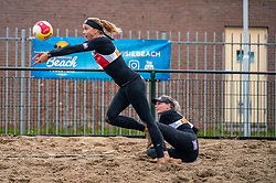 Madelein Meppelink, Sanne Keizer in action. From July 1, competition in the Netherlands may be played again for the first time since the start of the corona pandemic. Nevobo and Sportworx, the organizer of the DELA Eredivisie Beach volleyball, are taking this opportunity with both hands. At sunrise, Wednesday exactly at 5.24 a.m., the first whistle will sound for the DELA Eredivisie opening tournament in Zaandam on 1 July 2020 in Zaandam.