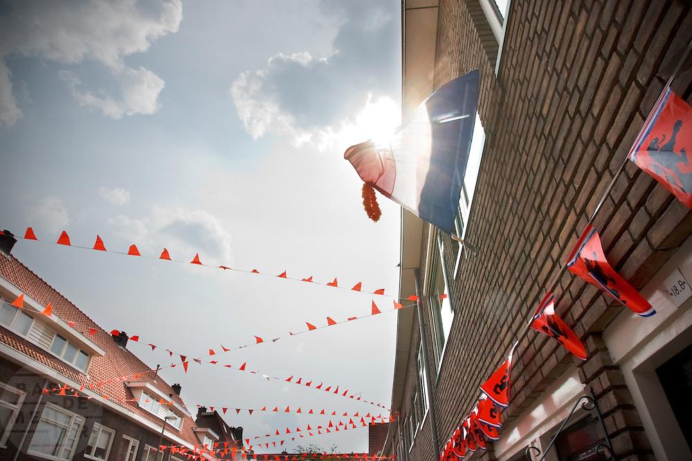In de Utrechtse Azaleastraat is de oranje versiering al opgehangen