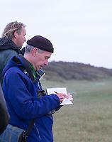 DOMBURG - Birdwatching op de golfbaan van de Domburgsche Golf Club olv Vogelaar / bioloog Floor Arts  (r) met baancommissaris Inge Boomsma en hoofdgreenkeeper Arjen Bosschaart. Een natuurvriendelijk en milieubewust beheerd golfterrein biedt voor de golfer een interessante en uitdagende omgeving en bevordert de beeldvorming van de golfsport als een 'groene' sport.  Het beleid kent drie programma's: Committed to Green, Golfers love Birdies en Green Deal. COPYRIGHT KOEN SUYK