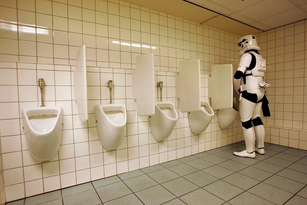 Star Wars. A stormtrooper has to go to the toilet.<br /> <br /> Een Stormtrooper moet naar het toilet.