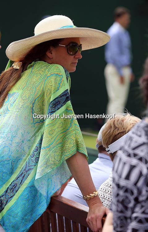 Wimbledon Championships 2014, AELTC,London,<br /> ITF Grand Slam Tennis Tournament,Zuschauerin mit Sonnenhut am Spielfeldrand,Halbkoerper,Querformat,Feature
