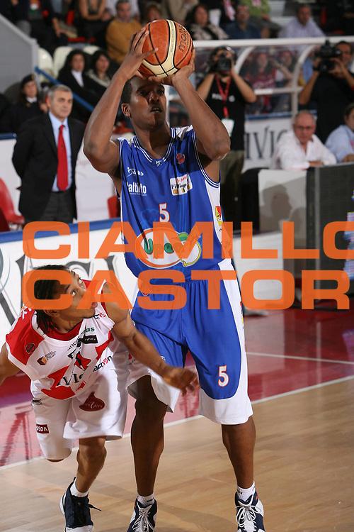 DESCRIZIONE : Teramo Lega A1 2006-07 Siviglia Wear Teramo Upea Capo Orando <br /> GIOCATORE : Freeman <br /> SQUADRA : Upea Capo Orando <br /> EVENTO : Campionato Lega A1 2006-2007 <br /> GARA : Siviglia Wear Teramo Upea Capo Orando <br /> DATA : 22/10/2006 <br /> CATEGORIA : Tiro <br /> SPORT : Pallacanestro <br /> AUTORE : Agenzia Ciamillo-Castoria/M.Carrelli <br /> Galleria : Lega Basket A1 2006-2007 <br /> Fotonotizia : Teramo Campionato Italiano Lega A1 2006-2007 Siviglia Wear Teramo Upea Capo Orlando <br /> Predefinita :