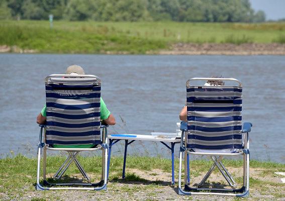 Nederland, Varik, 6-6-2018Een ouder echtpaar geniet van het water van de rivier de Waal .Foto: Flip Franssen