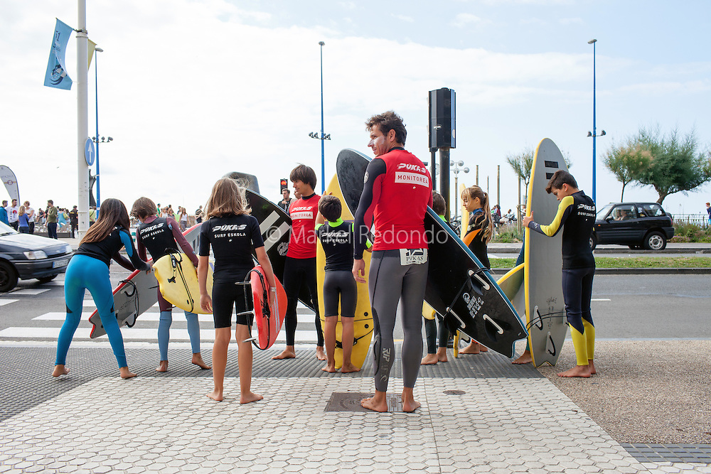 A monitor and his students from Pukas surf school in Gros, San Sebastian.