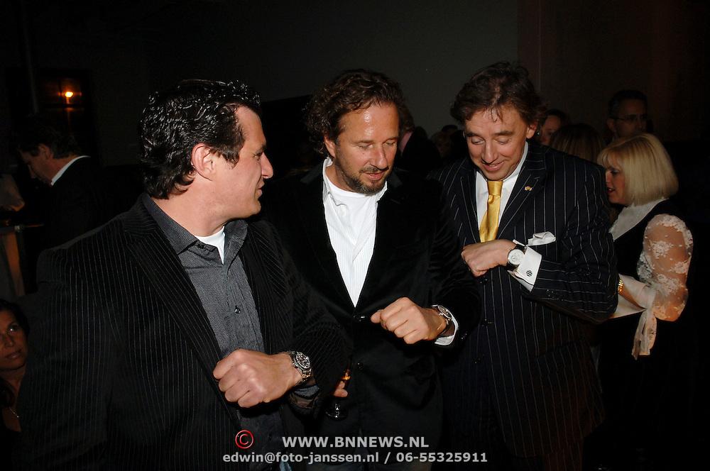 NLD/Zaandam/20060308 - Modeshow Monique Collignon 2006, Harry Wijnschenk, Herman Heinsbroek en Ed Nijpels pochen over hun horloges