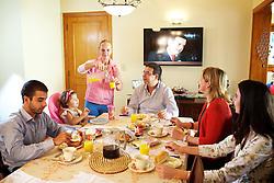 A doméstica Luciane Saldanha (C) com Jamil Pereira e sua famíla na residência onde trabalha. FOTO: Jefferson Bernardes/Preview.com