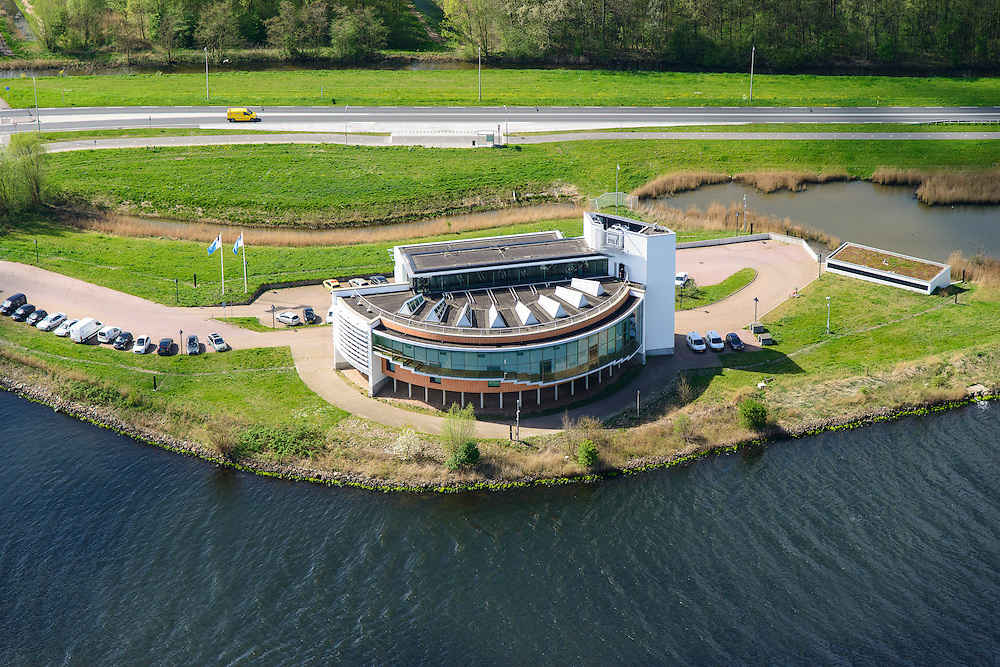 Nederland, Noord-Holland, Gemeente Velsen, 09-04-2014; Noordzeekanaal met op de oever het gebouw 'de Wijde Blik' van Rijkswaterstaat. Vanuit dit gebouw wordt de nabijgelegen WIjkertunnel bewaakt en gecontroleerd, evenals de Coentunnel, de Schipholtunnel, de Velsertunnel en de Zeeburgertunnel en alle belangrijke rijkswegen in Noord-Holland. <br /> Traffic control centre for main motorways Amsterdam region, including major tunnels.<br /> luchtfoto (toeslag op standard tarieven);<br /> aerial photo (additional fee required);<br /> copyright foto/photo Siebe Swart