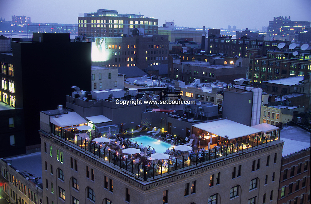 New York. swimming pool on the rooftop of the soho house private hotel in The MEAT PACKET DISTRICT in Chelsea  / la piscine sur le toit du Soho house private hotel dans LE MEAT PACKET DISTRICT. au nord de l'Hudson river