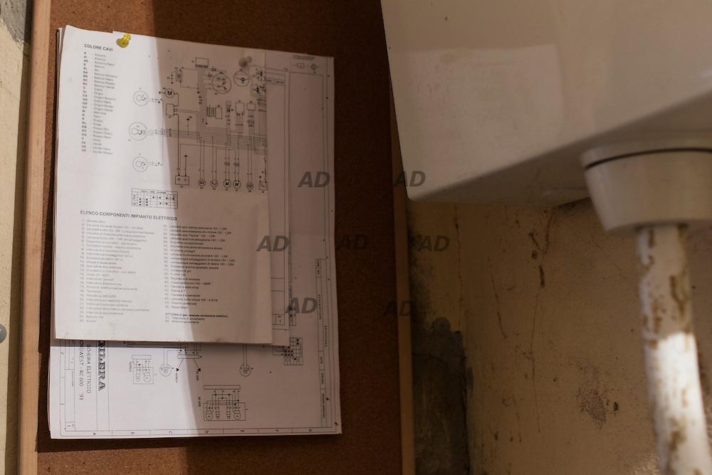 """Vittorio """"Liba"""" Libanori ci stupisce con l'impianto elettrico delle Gilera RC appeso in bagno affianco della cassetta dello sciacquone, """"così so dove sta, ogni volta non ricordavo dove lo avessi lasciato!""""."""