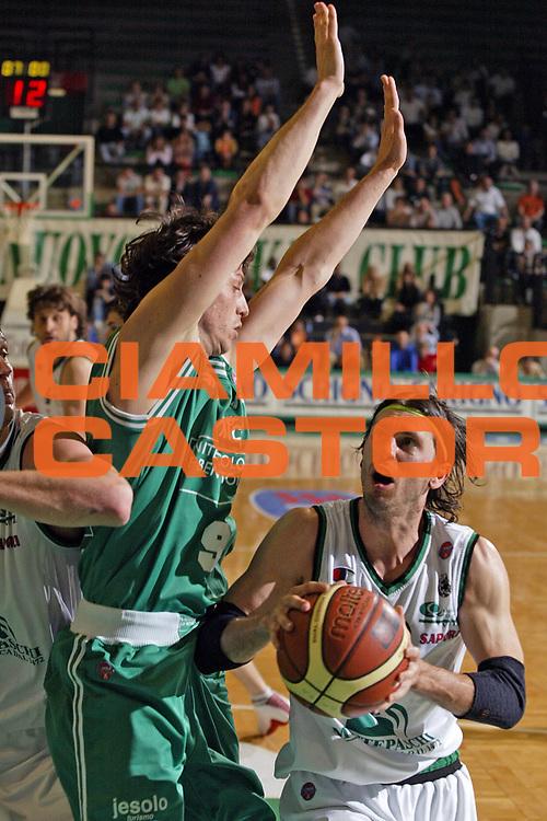 DESCRIZIONE : Treviso Lega A1 2005-06 Benetton Treviso Montepaschi Siena <br /> GIOCATORE : Pecile <br /> SQUADRA : Montepaschi Siena <br /> EVENTO : Campionato Lega A1 2005-2006 <br /> GARA : Benetton Treviso Montepaschi Siena <br /> DATA : 14/05/2006 <br /> CATEGORIA : Penetrazione <br /> SPORT : Pallacanestro <br /> AUTORE : Agenzia Ciamillo-Castoria/E.Pozzo