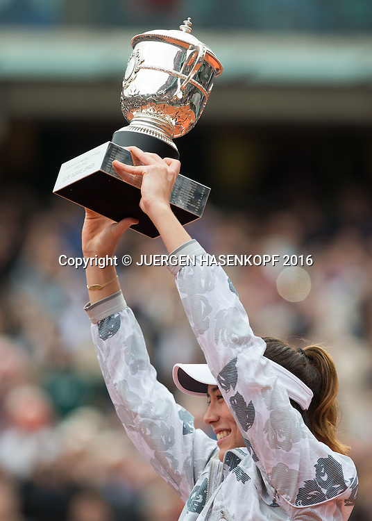Garbine Muguruza (ESP) haelt den Pokal,Emotion ,Damen Final, Endspiel,<br /> <br /> Tennis - French Open 2016 - Grand Slam ITF / ATP / WTA -  Roland Garros - Paris -  - France  - 4 June 2016.