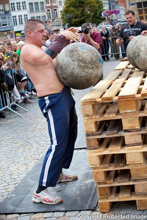 359840-Sterkste man van de provincie Antwerpen-Grote Markt Mechelen