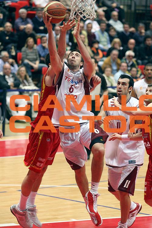 DESCRIZIONE : Livorno Lega A2 2007-08 TDShop.it Livorno Prima Veroli<br /> GIOCATORE : Aguiar Mauricio<br /> SQUADRA : TDShop.it Livorno<br /> EVENTO : Campionato Lega A2 2007-2008<br /> GARA : TDShop.it Livorno Prima Veroli<br /> DATA : 30/03/2008<br /> CATEGORIA : Tiro<br /> SPORT : Pallacanestro<br /> AUTORE : Agenzia Ciamillo-Castoria/Stefano D'Errico<br /> Galleria : Lega Basket A2 2007-2008 <br /> Fotonotizia : Livorno Lega A2 2007-2008 TDShop.it Livorno Prima Veroli<br /> Predefinita :