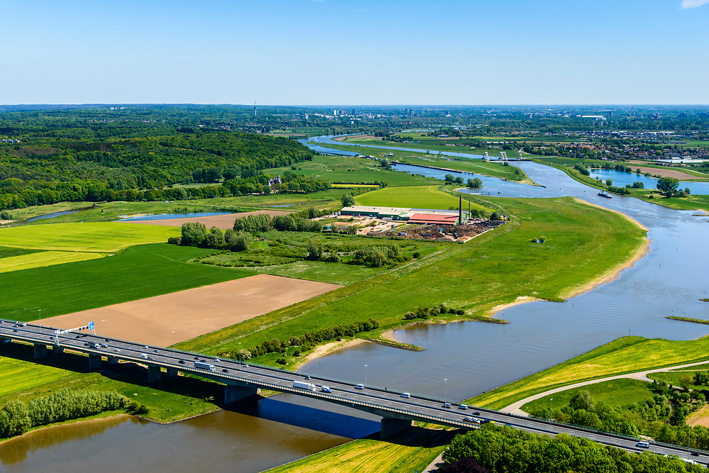 Nederland, Gelderland, Over-Betuwe, 13-05-2019; Heteren, brug in de A50 over de Nederrijn, Nederrijnbrug (tussen knooppunt Valburg en knooppunt Grijsoord) <br /> Lower Rhine bridge.<br /> luchtfoto (toeslag op standard tarieven);<br /> aerial photo (additional fee required);<br /> copyright foto/photo Siebe Swart