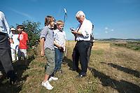 07 AUG 2009, OSTHEIM/GERMANY:<br /> Frank-Walter Steinmeier, SPD, Bundesaussenminister und Kanzlerkandidat, signiert zwei Jungs eine Flasche Bionade,  auf dem Naturlandbetrieb Martin Ritter waehrend dem Besuch der Firma Bionade GmbH im Rahmen der Sommerreise zur Bundestagswahl 2009<br /> IMAGE: 20090807-01-104<br /> KEYWORDS: Sommerreise, Wahlkampf, Bundestagswahl 2009, Biohof, Jugend, youth