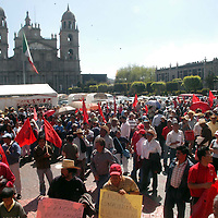 Toluca, Méx.- Mas de mil simpatizantes del movimiento Antorchista de los Valles de Toluca y México, marcharon por las principales calles de la ciudad de Toluca en demanda de vivienda y obras publicas así como escuelas y permisos de transporte para la zona conurbada. Agencia MVT / Luis Enrique Hernández V. (DIGITAL)<br /> <br /> NO ARCHIVAR - NO ARCHIVE