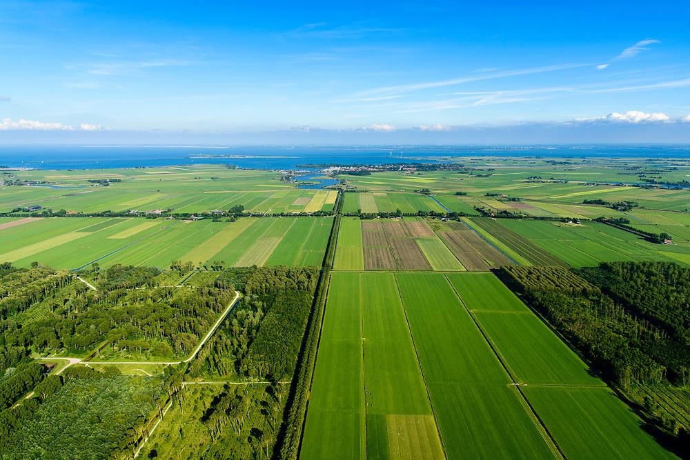 Nederland, Noord-Holland, Purmerend, 13-06-2017; Polder De Purmer met Oosterweg, gezien naar Monnickendam en IJsselmeer. Purmerbos in de voorgrond. Gouwzee en Marken aan de verre horizon.<br /> Polder Purmer.<br /> <br /> luchtfoto (toeslag op standaard tarieven);<br /> aerial photo (additional fee required);<br /> copyright foto/photo Siebe Swart