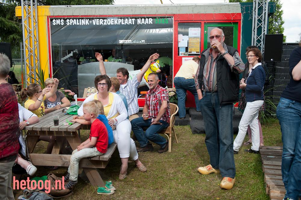 nederland,geesteren, 01juli2012 inzamelingsactie in Geesteren (overijssel) DJ sluiten zich een weeked lang op in een glazen huis (glaasnhoes) en draaien verzoeknummers om geld in te zamelen voor het goede doel. Tevens werd er een veiling gehouden. Bij art. Esther Scherpenisse Foto's Cees elzenga