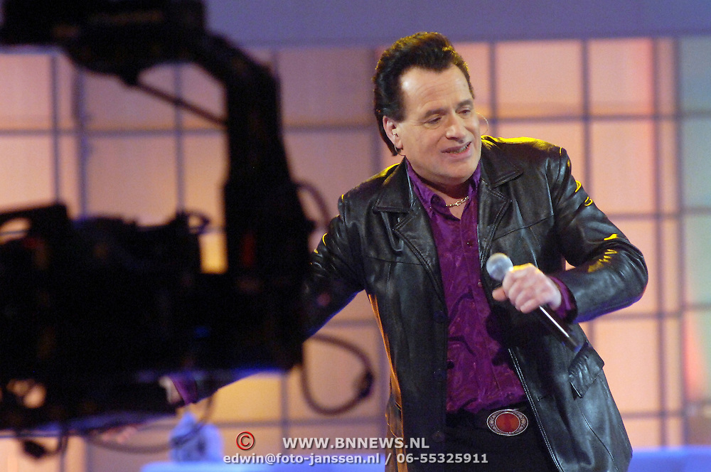 NLD/Hilversum/20070302 - 8e Live uitzending SBS Sterrendansen op het IJs 2007, optreden George Baker met remote camera
