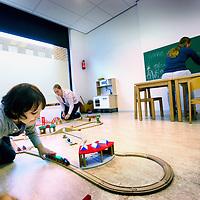 Nederland, Amsterdam , 9 september 2011..Raeger Autismecentrum op IJburg..Therapeuten spelen met autistische kinderen..Links het autistische jongetje Nino...Foto:Jean-Pierre Jans