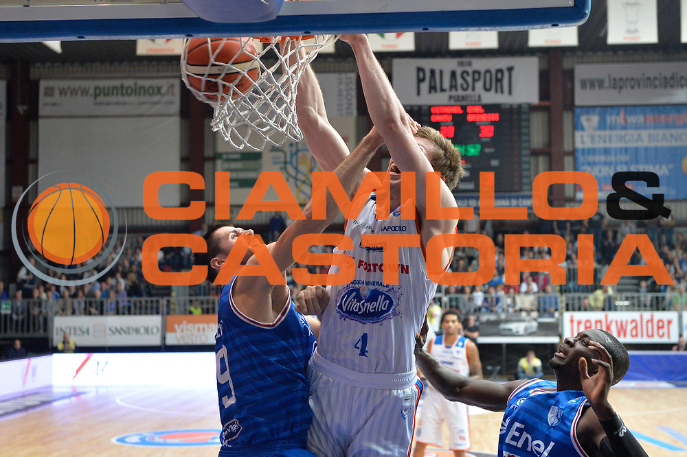 DESCRIZIONE : Cantu, Lega A 2015-16 Acqua Vitasnella Cantu' Enel Brindisi<br /> GIOCATORE : Jared Berggren<br /> CATEGORIA : Schiacciata<br /> SQUADRA : Acqua Vitasnella Cantu'<br /> EVENTO : Campionato Lega A 2015-2016<br /> GARA : Acqua Vitasnella Cantu' Enel Brindisi<br /> DATA : 31/10/2015<br /> SPORT : Pallacanestro <br /> AUTORE : Agenzia Ciamillo-Castoria/I.Mancini<br /> Galleria : Lega Basket A 2015-2016  <br /> Fotonotizia : Cantu'  Lega A 2015-16 Acqua Vitasnella Cantu'  Enel Brindisi<br /> Predefinita :