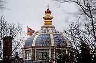 DEN HAAG - De koninklijke standaard wappert op het dak van Huis ten Bosch. Koning Willem-Alexander, koningin Maxima en hun drie dochters hebben hun intrek genomen in het paleis in Den Haag. ROBIN UTRECHT