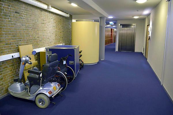 Nederland, Malden, 16-12-2014Scootmobiel in de gang van een verzorgingshuis.Foto: Flip Franssen/Hollandse Hoogte