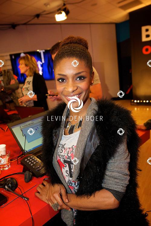 LELYSTAD - In theater Schouwburg Agora hield de publieke omroep een tv actie om nieuwe donateurs te krijgen voor de Kanker Stichting KWF. Deze actie is genaamd 'Sta op tegen Kanker'. Diversen bekende nederlanders deden hun woordje tijdens deze actie. Met hier op de foto  Sylvana Simons. FOTO LEVIN DEN BOER - PERSFOTO.NU