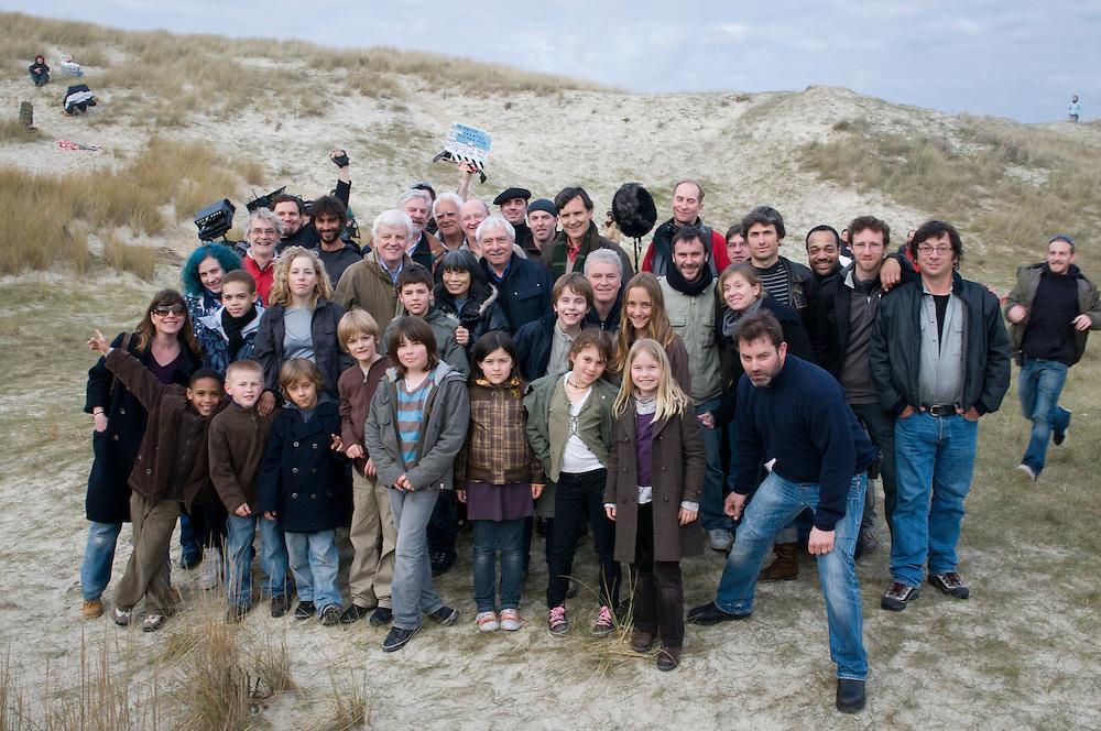 Jacques Perrin, Jacques Cluzaud, Luciano Tovoli, Olli Barbé, Stéphane Durand, Christophe Cheysson, Lancelot Perrin et plusieurs membres de l'équipe lors de la dernière journée de tournage du film