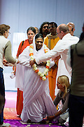 Amma komt de hal in Houten binnen voor de darshan, oftewel omhelzing. In de Expo in Houten is Mata Amritanandamayi, beter bekend als Amma of 'hugging mother', aanwezig om mensen te omhelzen en te inspireren. Het driedaags benefiet in Houten is het grootste spirituele festival in Nederland en zal naar verwachting 15.000 bezoekers trekken.<br /> <br /> Amma is being welcomed. In the Expo in Houten people are gathering to get a darshan, or hug, by  Mata Amritanandamayi, also known as Amma or 'hugging mother'. Amma is travelling through the world to hug people for inspiring them to make a better world. Amma is one of the twelve most influence spiritual leaders of the world. The event in Houten lasts for three days and is the biggest spiritual event of The Netherlands.