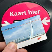 Nederland, Rotterdam, 27 januari 2009 20090127 Foto: David Rozing .OV-chipkaart de invoering van de OV-chipkaart is bijna een feit. Vanaf 29 januari is de OV-chipkaart het énige betaalmiddel in de metro van Rotterdam. De oude, vertrouwde strippenkaart is vanaf de 29ste definitief verleden tijd in de metro. In de bus en tram kan je dan nog wel stempelen. RET Uitchecken inchecken ovchipkaart chipkaart OV .Ov chipcard/ digital travel card in front of scanner, to get acces to and pay for trip using public transport in Rotterdam. This is a new system, until now only used and available in Rotterdam during a pilot project. ..Foto: David Rozing/