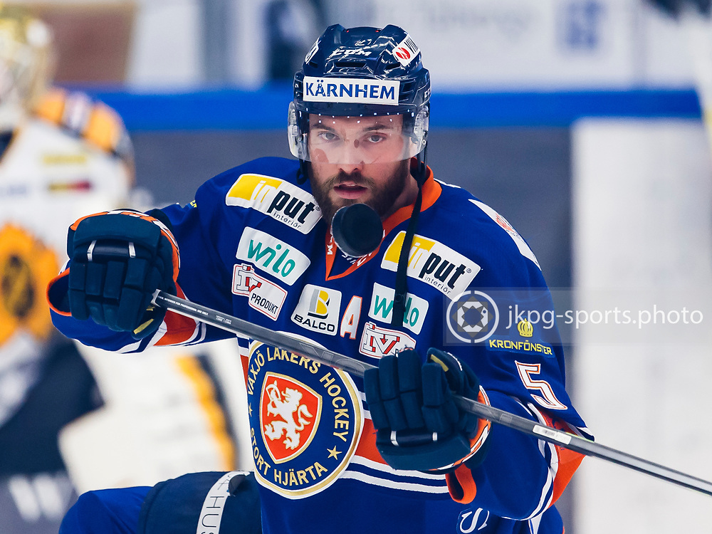 150423 Ishockey, SM-Final, V&auml;xj&ouml; - Skellefte&aring;<br /> Noah Welch, V&auml;xj&ouml; Lakers Hockey fokuserad inf&ouml;r matchen, single action.<br /> &copy; Daniel Malmberg/Jkpg sports photo