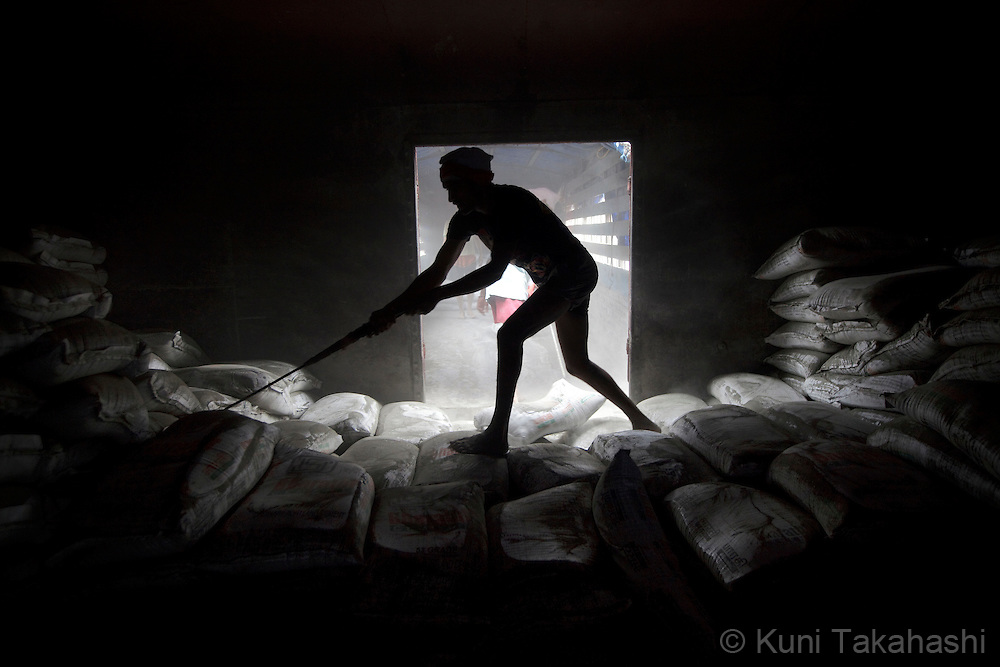 Workers unload bags of cement from freight train in Mumbai, India on September 11, 2012.<br /> (Photo by Kuni Takahashi)