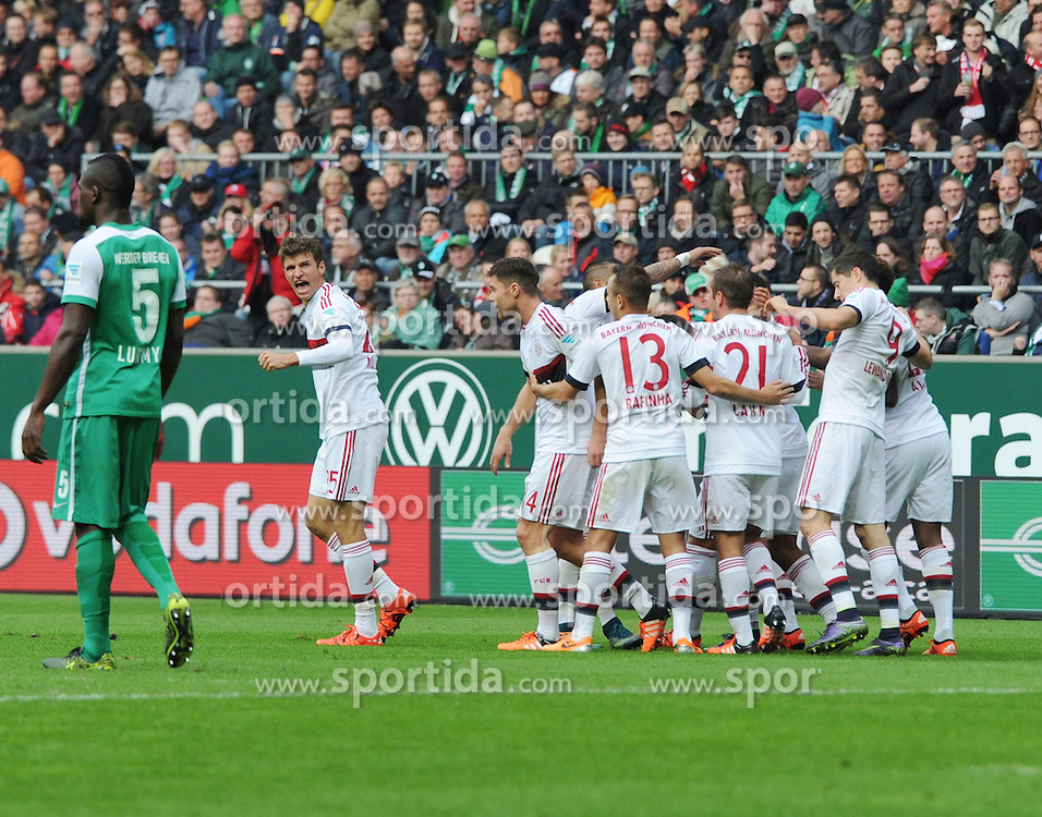17.10.2015, Weserstadion, Bremen, GER, 1. FBL, SV Werder Bremen vs FC Bayern Muenchen, 9. Runde, im Bild Jubelnde Bayern nach dem 0 : 1 durch Thomas Mueller ( FC Bayern Muenchen ) links. // during the German Bundesliga 9th round match between SV Werder Bremen and FC Bayern Munich at the Weserstadion in Bremen, Germany on 2015/10/17. EXPA Pictures &copy; 2015, PhotoCredit: EXPA/ Eibner-Pressefoto/ Schmidbauer<br /> <br /> *****ATTENTION - OUT of GER*****