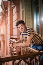 """Amílcar Bettega Barbosa na Casa de Cultura Mário Quintana, em Porto Alegre. Amílcar (São Gabriel, Rio Grande do Sul, 1964) é formado em Engenharia Civil e mestre em Literatura Brasileira. Recebeu o prêmio Açorianos de Literatura – categoria conto e autor revelação (1995), a Bolsa para autores brasileiros com obras em fase de conclusão, da Fundação Biblioteca Nacional (1999) e o Prêmio Portugal Telecom de Literatura em 2005 por """"Os lados do círculo"""". Participou, como escritor residente, da Ledig House International Writers' Colony, a convite da Ledig-Rowohlt Foundation (Estados Unidos da América, 1999). FOTO: Jefferson Bernardes/Preview.com"""