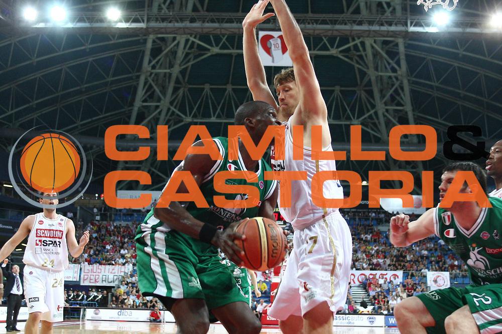 DESCRIZIONE : Pesaro Lega A 2008-09 Playoff Quarti di finale Gara 2 Scavolini Spar Pesaro Montepaschi Siena<br /> GIOCATORE : Benjamin Eze<br /> SQUADRA : Montepaschi Siena<br /> EVENTO : Campionato Lega A 2008-2009 <br /> GARA : Scavolini Spar Pesaro Montepaschi Siena<br /> DATA : 21/05/2009<br /> CATEGORIA : Penetrazione<br /> SPORT : Pallacanestro <br /> AUTORE : Agenzia Ciamillo-Castoria/C.De Massis