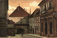 Zagreb : Kamenita vrata = Ancienne portes de pierre. <br /> <br /> ImpresumZagreb : Jos. Čaklović Heliodor, [1924].<br /> Materijalni opis1 razglednica : tisak ; 8,6 x 13,8 cm.<br /> NakladnikJos. Čaklović<br /> Vrstavizualna građa • razglednice<br /> ZbirkaGrafička zbirka NSK • Zbirka razglednica<br /> ProjektPozdrav iz Zagreba • Pozdrav iz Hrvatske<br /> Formatimage/jpeg<br /> PredmetZagreb –– Kamenita vrata<br /> SignaturaRZG-KAM-9<br /> Obuhvat(vremenski)20. stoljeće<br /> NapomenaRazglednica je putovala 1924. godine.<br /> PravaJavno dobro<br /> Identifikatori000953412<br /> NBN.HRNBN: urn:nbn:hr:238:574002 <br /> <br /> Izvor: Digitalne zbirke Nacionalne i sveučilišne knjižnice u Zagrebu