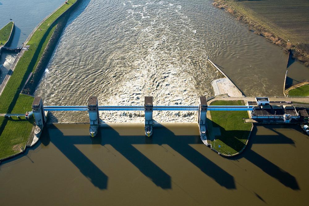 Nederland, Noord-Brabant, Lith, 11-02-2008; stuw in de rivier de Maas, detial; dient om de waterloop te reguleren en het peil te beheren; de Maas is een regenrivier, met met name in de winter grote wateraanvoer (ook door smeltwater), in de zomer (droogte) zorgt de stuw er voor dat de schepvaart kan blijven doorgaan; in Lith is naast de stuw een waterkrachtcentrale gebouwd (rechts); de stuw is voltooid in 1936, nu rijksmonumenten; ..luchtfoto (toeslag); aerial photo (additional fee required); .foto Siebe Swart / photo Siebe Swart