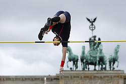 "05.09.2015, Brandenburger Tor, Berlin, GER, Leichtathletik Meeting, Berlin fliegt, im Bild Kevin Menaldo (FRA) // during the Athletics Meeting ""Berlin flies"" at the Brandenburger Tor in Berlin, Germany on 2015/09/05. EXPA Pictures © 2015, PhotoCredit: EXPA/ Eibner-Pressefoto/ Fusswinkel<br /> <br /> *****ATTENTION - OUT of GER*****"